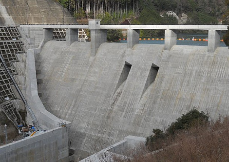 切目川ダム 満水: 和歌山真妻の千両